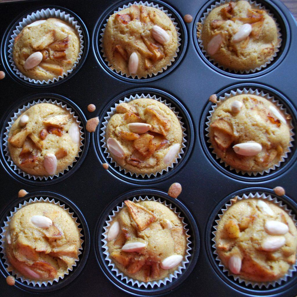Bezglutenowe muffiny z karmelizowanym jabłkiem i migdałami