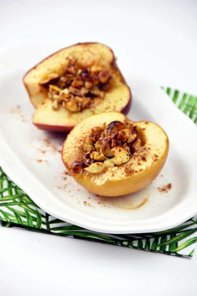 Jabłko pieczone z masłem i orzechami